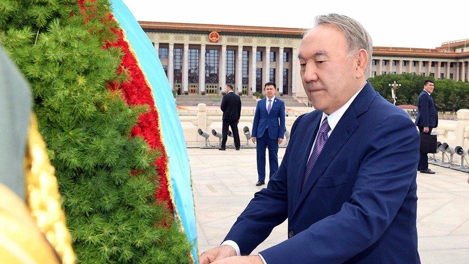 Қазақстан Президенті Халық батырларының ескерткішіне гүл шоғын қою рәсіміне қатысты